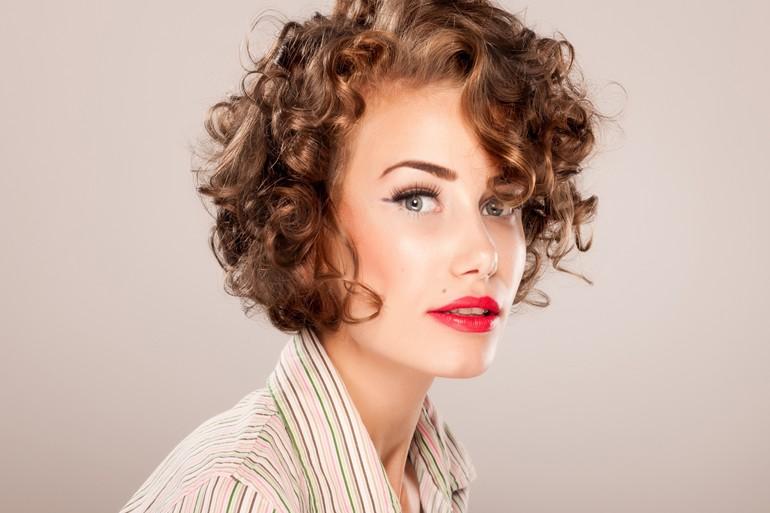 Стильная стрижка на вьющиеся волосы