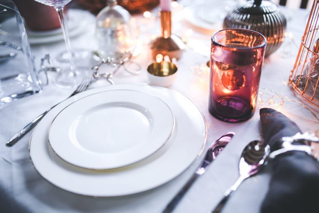 Как украсить новогодний стол: 5 простых идей