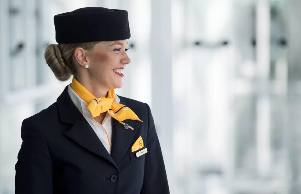 Британским стюардессам разрешили работать без макияжа