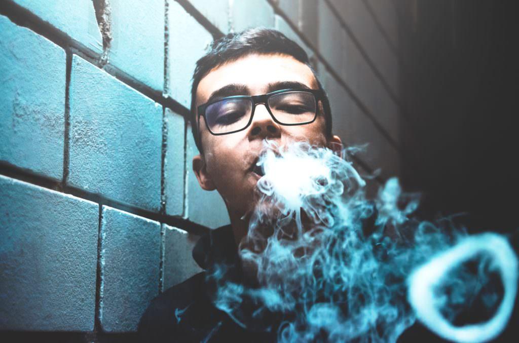Сладкие ароматы электронных сигарет особенно привлекают подростков